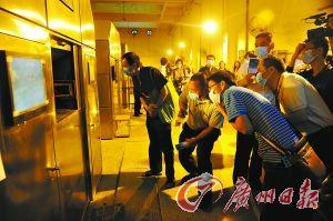 东莞市殡仪馆前日首次举办开放日活动,图为公众代表参观遗体火化。 记者卢政 摄
