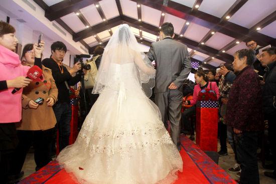 """""""你在一天,我就陪着你一天;你在一年,我就陪着你一年。""""男友对她说。90后女孩冯莹因患恶性脑瘤,生命已进入倒计时。图为3月2日,郑州,婚礼现场。"""