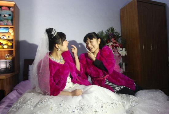 3月2日,郑州,冯莹的双胞胎妹妹,出生后一直聋哑,前来为姐姐送上祝福。