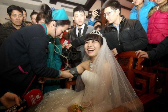 3月2日,郑州,婚礼结束,医护人员随时跟着测量血压检查身体,结果一切正常。