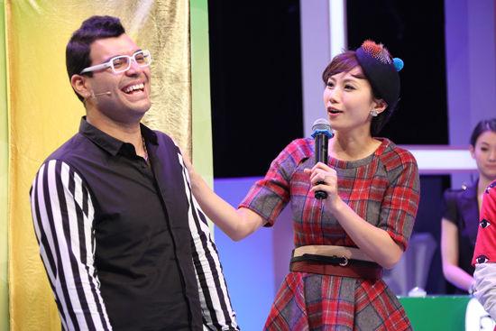 李静雯与选手玩游戏