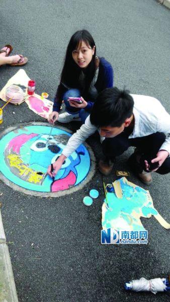 蓝精灵走上井盖 艺术系学生手绘涂鸦求关注