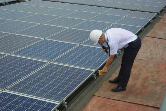工厂屋顶安装了太阳能光伏板后起到了隔热降温