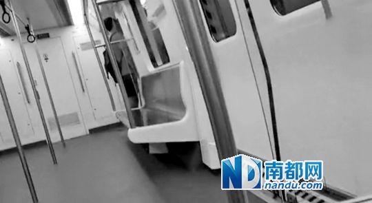 目击者拍到的男子疑似在地铁上便溺。网络截图