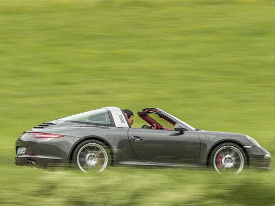 在高速行驶一段时间后,试驾团队将车队带入被黑森林包围的乡间小道,曲折蜿蜒的道路终于可以让我领教一下新款911 Targa底盘的功力,Targa的底盘主要基于Carrera Cabriolet 的四轮车型,但保时捷还是专门为Targa进行了调校,并且在前/后悬挂系统上配备了反弹缓冲弹簧,再加上S 车型标配的保时捷主动悬挂管理系统(PASM),这一切可以使我在每一处弯道放心的满油出弯。