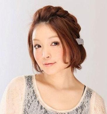 这个夏天女人味十足 三款超简单短发编发