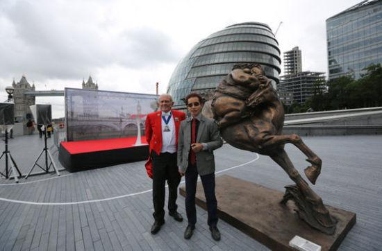 雕塑家许鸿飞(右)