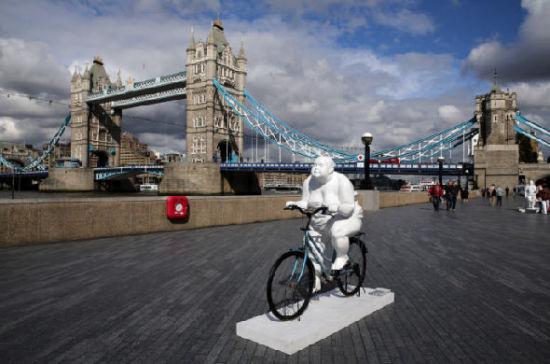 """""""胖女人""""搞怪骑自行车"""
