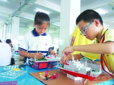 """比赛设有小学组和中学组,包括""""沙船""""木帆船制作赛;""""奋进号""""训练帆船"""