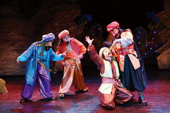 上海木偶剧团精心打造的大型亲子互动人偶剧《阿里巴巴与四十大盗》将于7月19日赶到广州蓓蕾剧院,届时忠厚老实,心地善良的阿里巴巴和狡猾残酷的四十大盗将和现场的小观众们共同度过一段快乐、难忘的时光!   独特的卡通造型   此次上海木偶剧团的面具造型大胆、夸张、有张力、块面感强,特别之处在嘴巴的制作上能听从演员的操纵,自如地张合,非常巧妙地将偶戏特性表现得淋漓尽致,而人体偶性造型,也更让小观众们忍俊不禁,过目难忘,从而开创了人偶戏崭新的表现手法。   跌宕起伏的剧情   整台剧目突出紧张二字,剧情