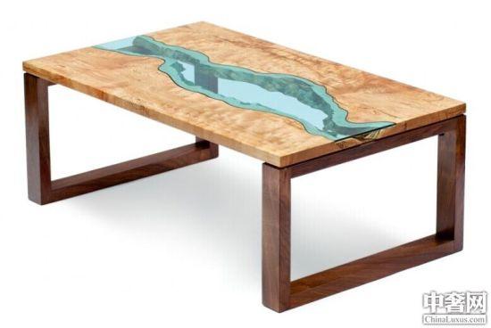 住在美国西北部沿海地区的家具设计师 Greg Klassen 设计了一系列河流桌子,其选用的木材来自回收的树木,往往来自即将腐烂的树,以及来自建筑工地的树。   设计师把树木原有的纹路想象成河流的岸边,并且根据木材的边缘手工切割玻璃,将玻璃覆盖在木材之上,桌子上翠绿的玻璃看上去仿佛就是一条蜿蜒曲折的河流。美得让人难以抗拒。 河流桌子