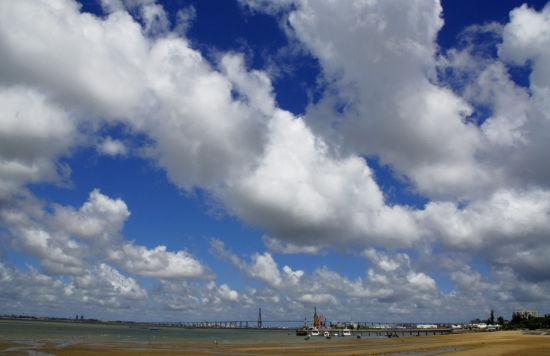 湛江海湾蓝天白云码头速影