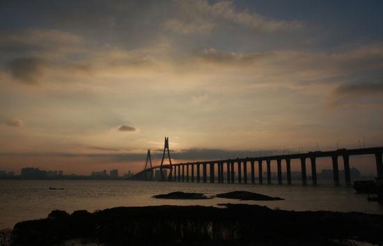 黄昏下湛江海湾大桥与霓虹灯下的海湾大桥