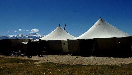 每个帐篷门口竖着一块粗糙的木板