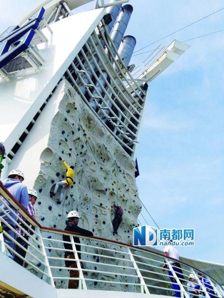 海洋航行者号上可以体验攀岩等运动项目。郭毓玲 摄