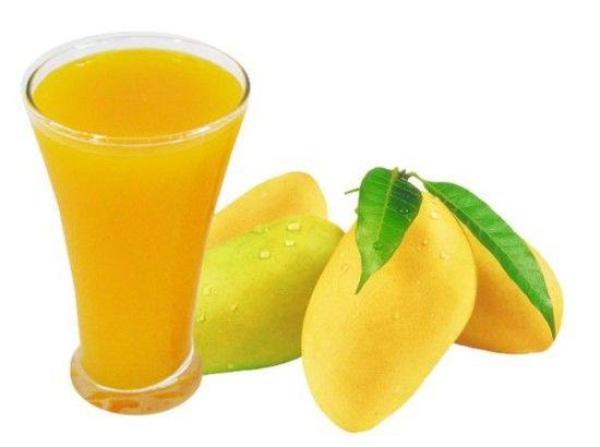 1、芒果原汁   功效:化痰,健脾胃,利水道   原料:芒果500克、蜂蜜或白糖适量。   做法:芒果洗净取肉。入搅汁机内搅汁,盛入瓶内,加蜂蜜或白糖,开水冲饮。   小编tips:   饱饭后不可食用芒果,不可以与大蒜等辛辣物质共同食用,否则,可以使人发黄病,目前,其机理还不清楚,但这是世俗经验之谈。   芒果,是少数富蛋白质的水果,多吃易饱。传统上说它能益眼、润泽皮肤,估计是含有胡萝卜素的原因。