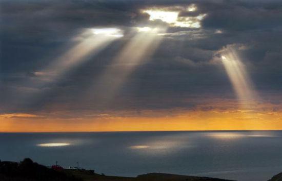 英国摄影师捕捉金光穿云奇景如外星人登陆