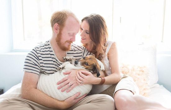 """美夫妇与爱犬拍摄温馨""""亲子照""""显爱意"""