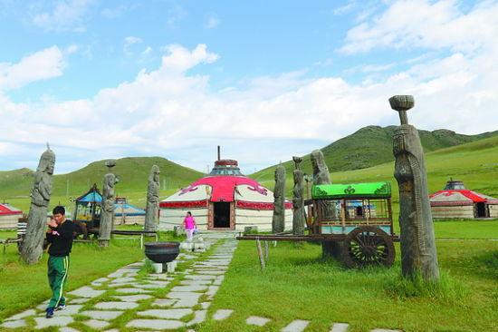 【环球时报驻蒙古特派记者 杨涛】在距离蒙古国首都乌兰巴托西南27公里处,博格多山扎尔格朗特山口,有一个著名的旅游点成吉思汗大营。该旅游点于1992年开业,是模仿成吉思汗行军营帐布局修建的。旅游点内的金殿蒙古包,装饰豪华大气。银殿蒙古包庄重简洁,特别是摆放在外面的林彪折戟沉沙的发动机残骸,更是中国游客趋之若鹜的重要因素。   旅游点总经理孟赫格日尔向《环球时报》记者介绍,旅游点共有大小蒙古包78个,2005年进行了扩建,形成了现在的规模。旅游点内设蒙古包建筑、古代车载蒙古包、蒙古包群,可为游客提供