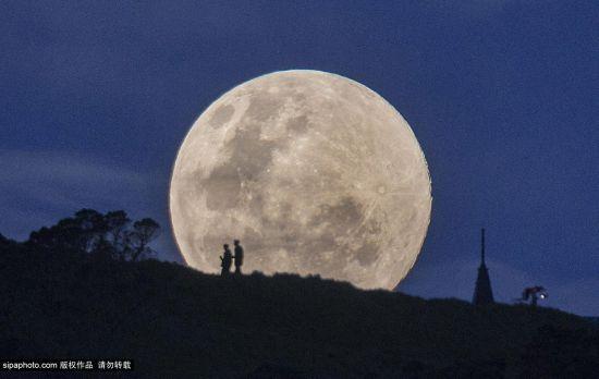 摄影师新西兰捕捉超级月亮升起