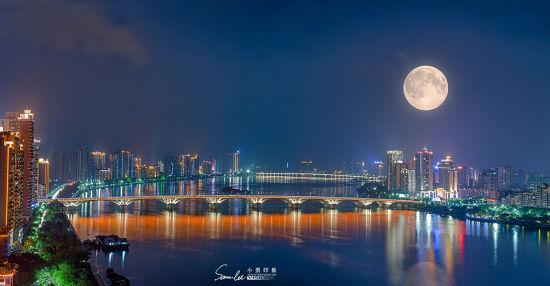 一次拍摄月亮,一次拍摄城市夜景).