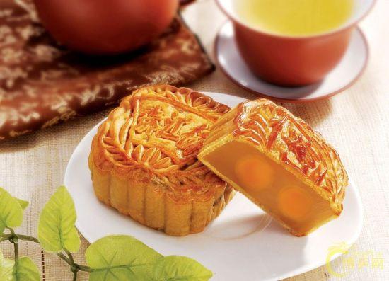 月饼是久负盛名的汉族传统小吃,深受中国人民喜爱的传统节日特色食品,月圆饼也圆,又是合家分吃,象征着团圆和睦,在中秋节这一天是必食之品。古代月饼被作为祭品于中秋节所食。   分类   中国本土传统意义下的月饼,按产地、销量和特色来分主要有四大派别:广式月饼、京式月饼、苏式月饼和潮式月饼。另曾有记者将潮式月饼和港式月饼归并入广式月饼,进而得出月饼四派的另一种说法:即广式、苏式、京式和滇式。这种简单的以地域来归并,进而分出东西南北的分类法是不科学的,港式月饼和广式月饼相近尚可说得过去,但潮式月饼无论材料、
