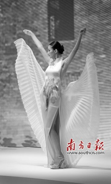 去年的中国流花国际服装节开幕式上,多位名模前来走秀。资料图片