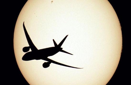 摄影师神奇技巧:镜头捕捉飞机追月逐日