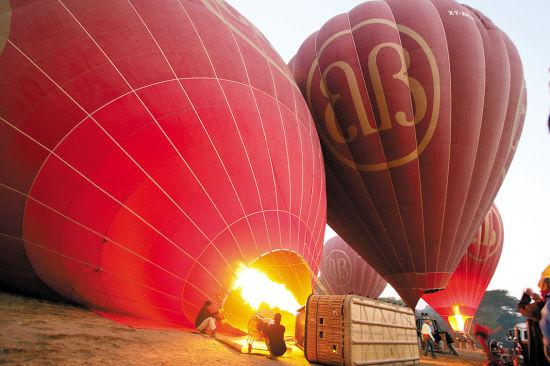 天亮后准备排队升空的热气球