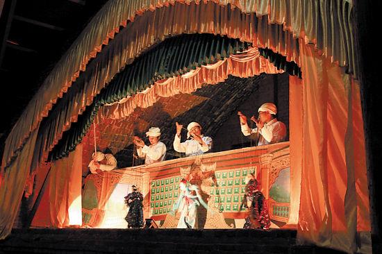 当地传统木偶戏,表演者自己倾情其中