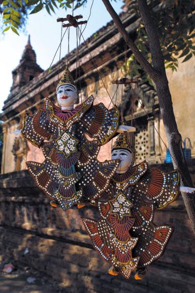 当地传统木偶作为手