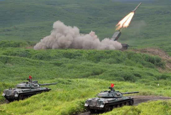 日本陆上自卫队举行年度实弹射击演习