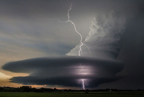 美内布拉斯加州奇景闪电击穿超大胞风暴