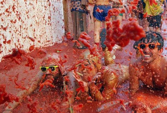 西班牙番茄狂欢节整个城市变成红色海洋
