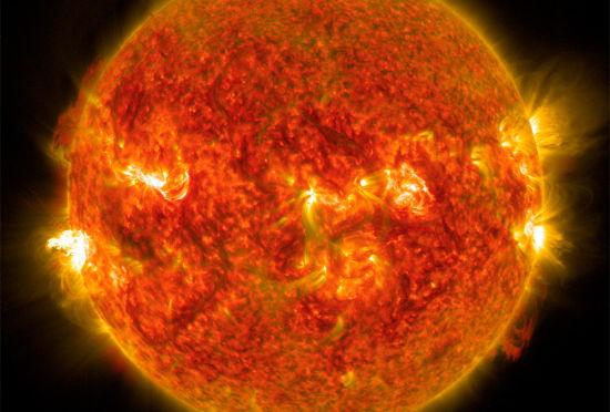 美国航天网站发布太阳中度耀斑的壮观画面