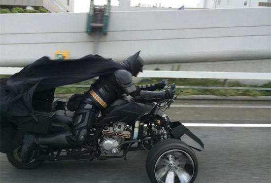 """日本高速路上现""""蝙蝠侠""""网友接力报道"""