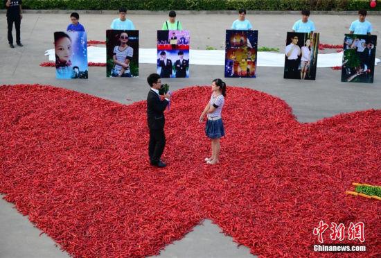 """河北小伙用99999只红辣椒摆""""心""""形求婚"""