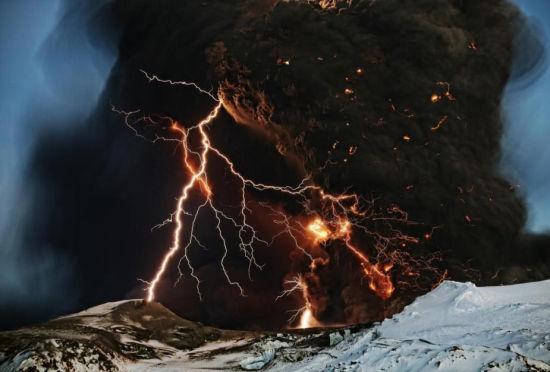 雷怒威力无限闪电划过天空瞬间震撼照片