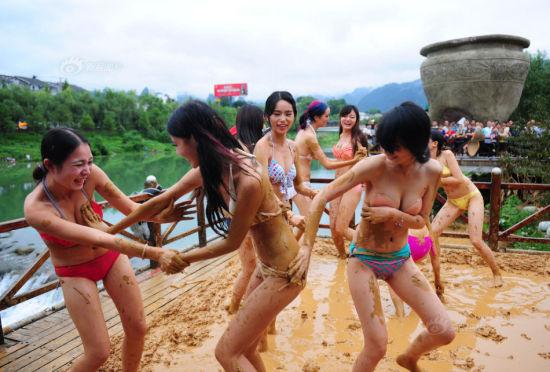美女着比基尼与肚兜在泥浆中激战组图