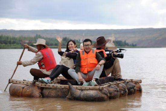 记者们感受羊皮筏子漂流。