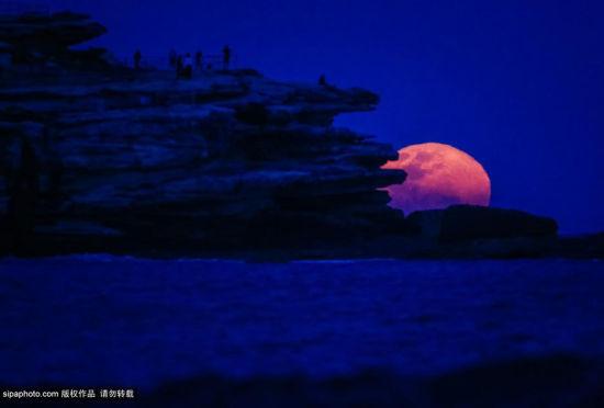 澳邦迪海滩升起超级明月如同近在咫尺