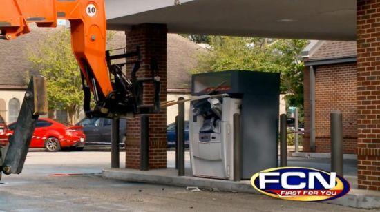 美国大胆窃贼用叉车撬ATM机企图偷钱