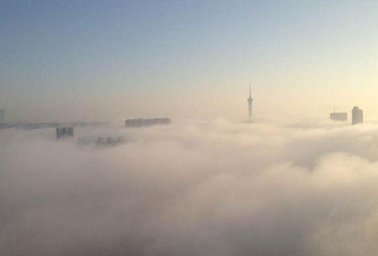石家庄楼宇被大雾萦绕如仙境一般美丽