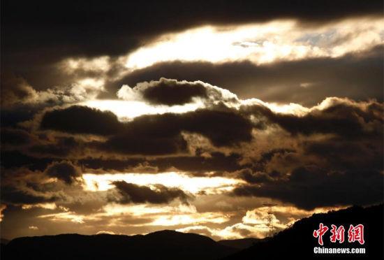 """""""凤凰""""台风将至:福建上空现奇妙云层"""