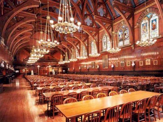 哈佛大学估计也是国内不少学子梦想中的大学,如果看到他的饭堂设计,是不是会让你增加了对他的憧憬?挑高的大厅、典雅的吊灯,如此精细的雕花玻璃,配上五彩缤纷的色彩,仿佛置身童话王国。相信在在这璀璨的灯光下吃饭真是一种享受,食物一定特别美味。见到这样的食堂,才知道,原来大学食堂也是个约会的好地方。