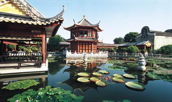 小龙乐园(叠翠藏龙)位于均安镇,是李小龙品牌与生态乐园整合项目。乐园占地1700多亩,园内基塘众多,大小山峰22座,绿树 成荫,环境优美。乐园把李小龙武术文化与景点的其他部分有机、柔性地结合起来,将建设成为一个旅游产业与文化建设相结合,集景点观赏、历史文化交流、特色休闲于一体的综合性人文旅游景点。    宝林寺(宝林瑞气)始建于唐末五代之南汉时期,即大约公元942年,距今已有一千多年历史。今日的宝林寺,易地重建,1998年 10月11日落成开光。宝林寺坐落在顺德区大良太平山麓。左临德胜河,右瞩旧塞、青