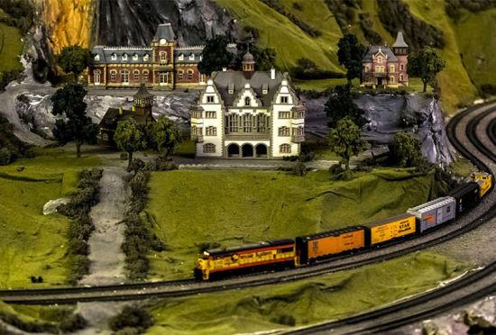 美国男子花16年时间建世界最大铁路模型