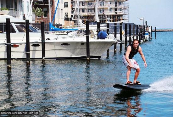瑞典男子发明电动滑水板轻松享受水上飞