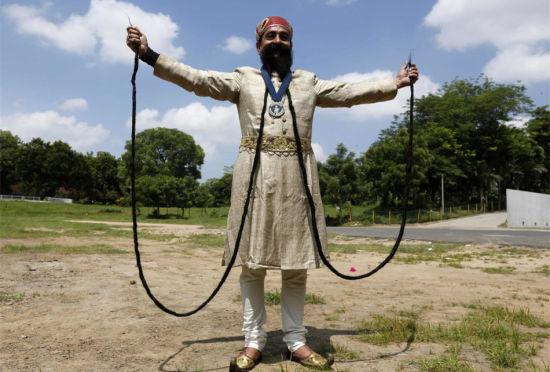 男子胡须长5.5米成世界最长45年从未剪过