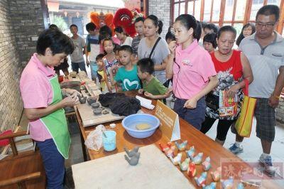 市民参观陶瓷品制作过程
